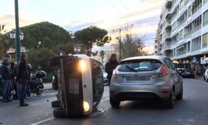 Fiat 600 ribaltata in corso Orazio Raimondo, tre auto coinvolte. Nessun ferito