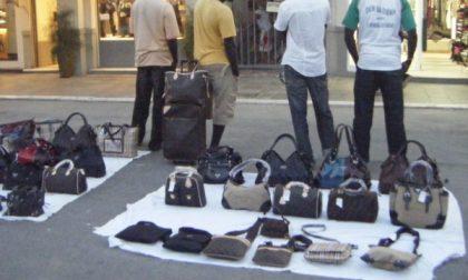 Blitz al mercato del venerdì, decine di venditori abusi denunciati dalla Polizia