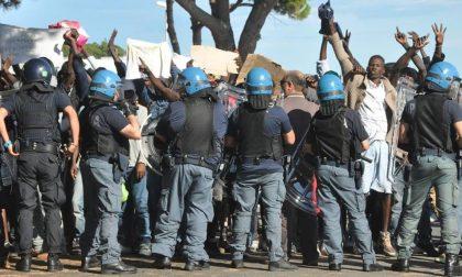 CENSURATO IL POLIZIOTTO CHE MANDA AFF… I MIGRANTI A VENTIMIGLIA/ A UNA MOSTRA DI TORINO