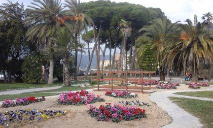 Fiori ed un'altalena nuova per i bambini di Ventimiglia ai giardini Tommaso Reggio
