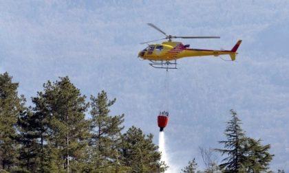 Incendio sotto l'Autofiori tra Grimaldi e Mortola, elicottero in azione. GLI AGGIORNAMENTI