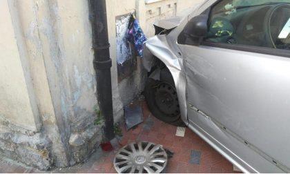 Perde il controllo dell'auto e si schianta contro un muro