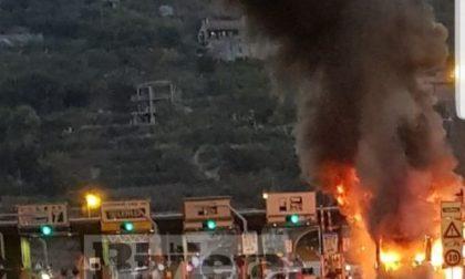 Pullman in fiamme alla Barriera Autostradale di Ventimiglia / Prime foto