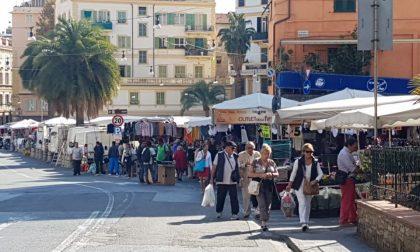 Agenti della Locale vincolati nei pressi dei mezzi scudo, i venditori abusivi fanno festa (foto)