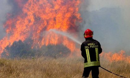 Tornano a bruciare le alture di Sanremo, vigili del fuoco presidiano una casa