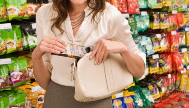 Turista milanese beccata a rubare al supermercato