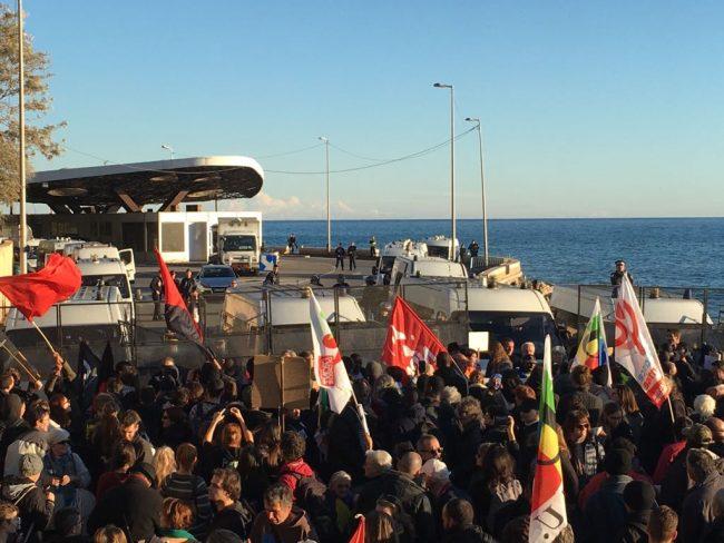 Oltre 500 persone in corteo al grido &#8220&#x3B;Ouvrons les frontières&#8221&#x3B;/ foto e video