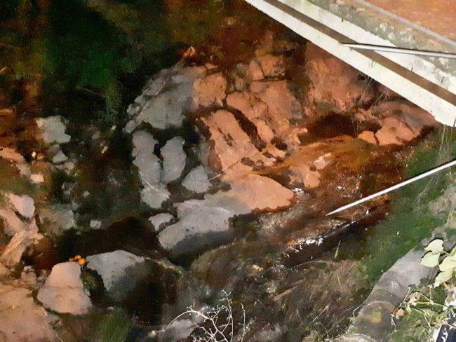 Misteriosa sostanza bianca nel ruscello a Sanremo: abitanti lamentano bruciore agli occhi