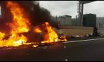 Brucia un'auto sull'A10 a Ventimiglia: i video e le le drammatiche immagini