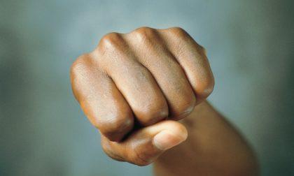 Ragazza di 16 anni aggredita con un pugno per non aver comprato un braccialetto