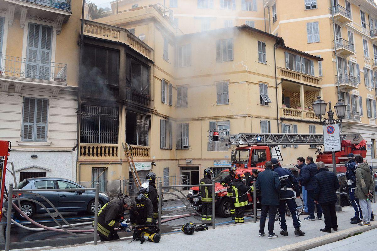 Fuoco in un palazzo a Sanremo, tre feriti
