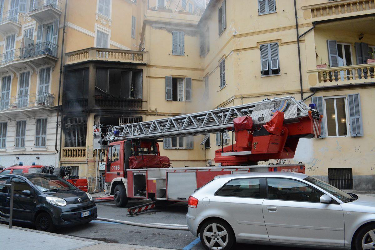 Incendio casa Sanremo, tre intossicati