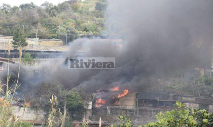 Brucia deposito a Vallecrosia, immensa colonna di fumo nero