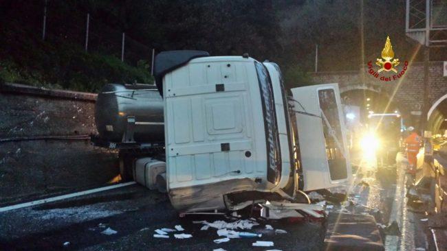 Camion ribaltato sulla A10, autostrada chiusa verso Savona fotogallery