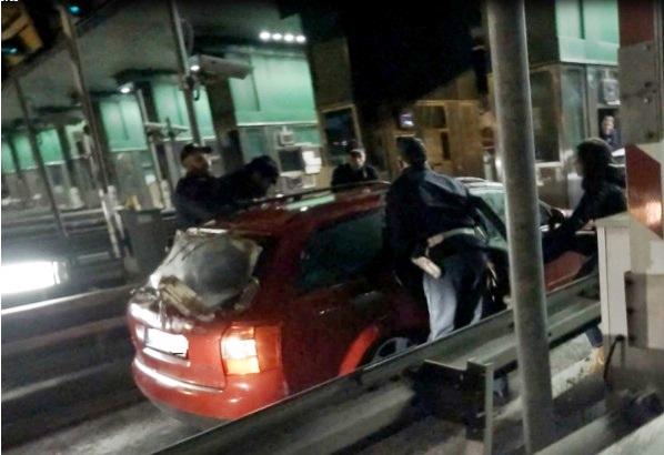 Risultati immagini per polizia migranti notte