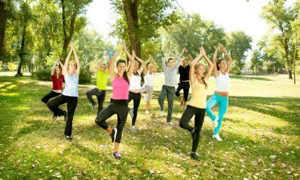 Yoga all'aperto nel parco giochi di via Rossini