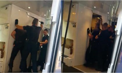 Police spruzza spray urticante sul treno, passeggeri in fuga dal vagone