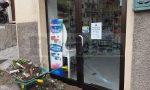 Auto fuori strada a Soldano danneggia vetrina farmacia