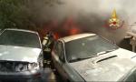 Inferno di fuoco a Taggia: bruciati 10 auto e 25 scooter demoliti. Video