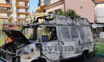 Brucia furgone addobbato con le lucine di Natale