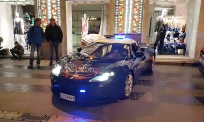 Carabinieri in supercar in via Matteotti. La gazzella è una Lotus: video