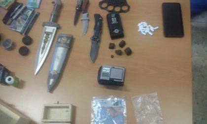 Fugge da un posto di controllo: giovane denunciato per possesso di armi e droga