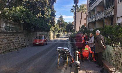 Schianto auto e scooter: giovane sbalzato contro i pali del marciapiede