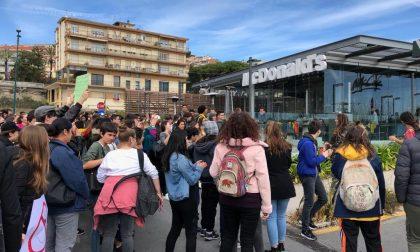 Corteo non autorizzato manifesta davanti al McDonald's
