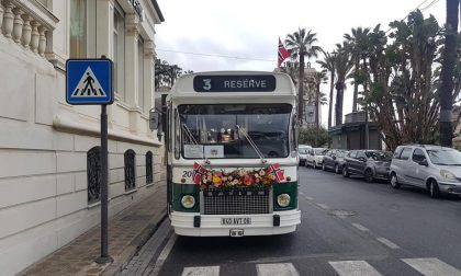 Un bellissimo bus d'epoca addobbato a festa/ Mistero sui viaggiatori