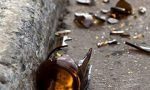 Lanci di bottiglie e minacce per un passaggio negato – Caos al bar