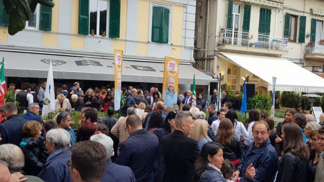 Sergio Tommasini festeggia la fine della campagna ettorale in piazza Bresca &#8211&#x3B; Foto