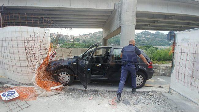 Automobilista in fuga da polizia resta intrappolato nel cantiere. Foto e Video