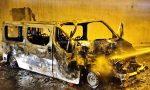 Furgone brucia dopo collisione con cisterna, sfiorata la tragedia. Foto e video