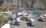 Auto in fiamme, un ferito sull'A10 traffico interrotto al confine