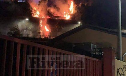 Bruciano sterpaglie e spazzatura nella notte a Ventimiglia Alta