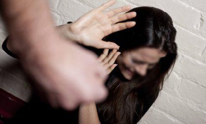 Picchia  e minaccia di morte la compagna davanti al figlio 12enne