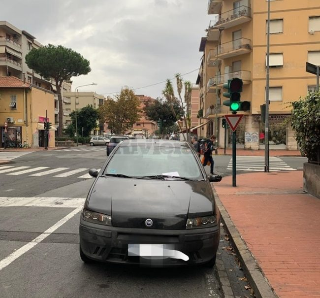 """Ventimiglia , Biglietto anonimo su auto : """"Se tromba come parcheggia non si meravigli d'essere cornuto"""""""