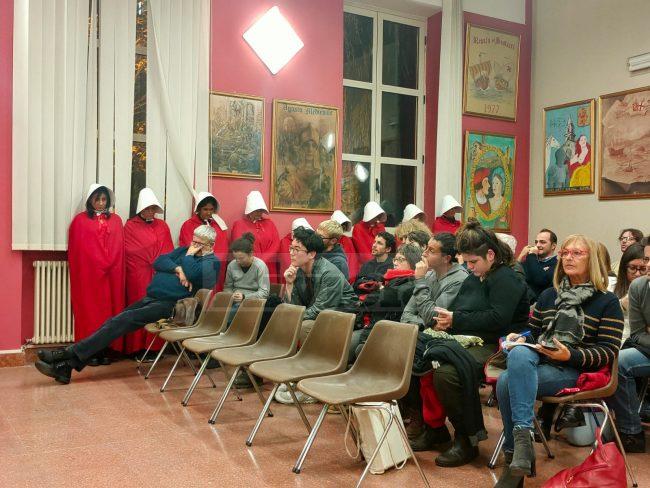"""Ventimiglia: """"No al Forum famiglie"""", flash mob interrompe il Consiglio"""