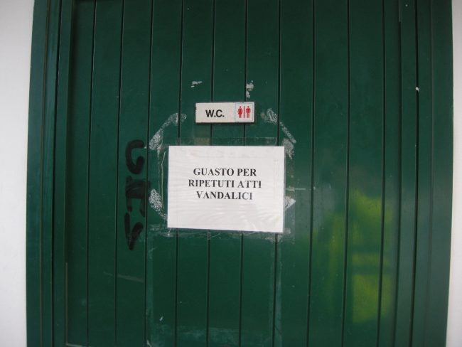 """Atti vandalici, chiuso uno dei due bagni pubblici del """"Marco Polo"""" FOTO"""