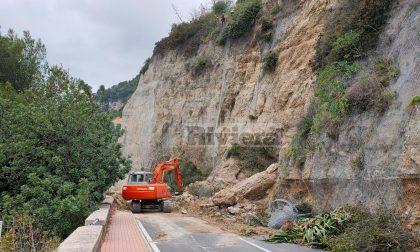 Frana di via Toscanini, si abbattono i blocchi pericolanti. Foto e Video