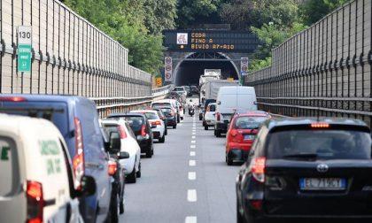 Paura sull'A6 Torino-Savona: si stacca la vernice in galleria