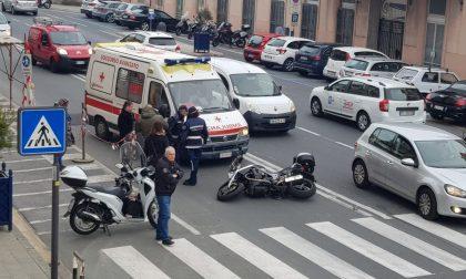 Fa inversione  a U con la sua Bentley a Sanremo e travolge motociclista