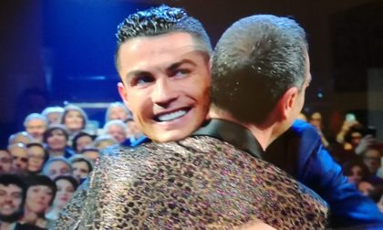 Cristiano Ronaldo arriva all'Ariston seduto in prima fila ad applaudire la sua Georgina. Maglia di CR7 ad Amadeus