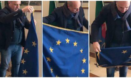 Berrino ammaina la bandiera UE con sottofondo l'Inno di Mameli