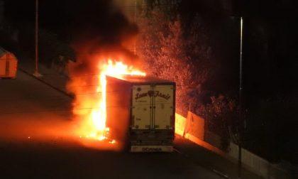 Camion divorato dalle fiamme a Diano Marina