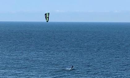 Esce di casa per praticare kite surf al largo di Imperia