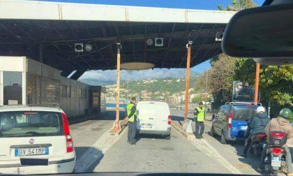 Per andare in Francia controlli su tre file a Ponte San Ludovico
