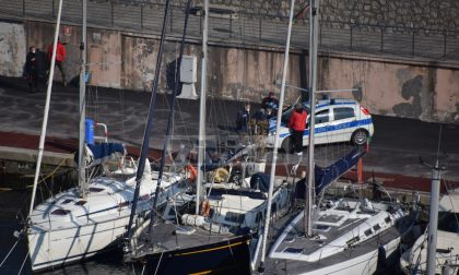 Clochard occupa una barca del porto di Bordighera