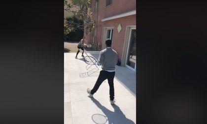 Fabio Fognini si allena con la Pennetta nel giardino di casa ad Arma. E come rete usa uno stendino. Il video
