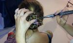 Ignoti rubano l'insegna di un parrucchiere in pieno centro